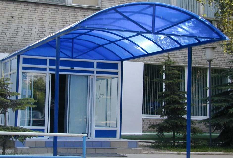 Козырек навес из поликарбоната над входом в офисное здание